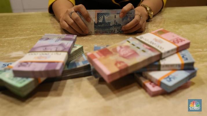 Pada tengah hari ini, nilai tukar rupiah menembus level Rp 13.600/dolar AS.