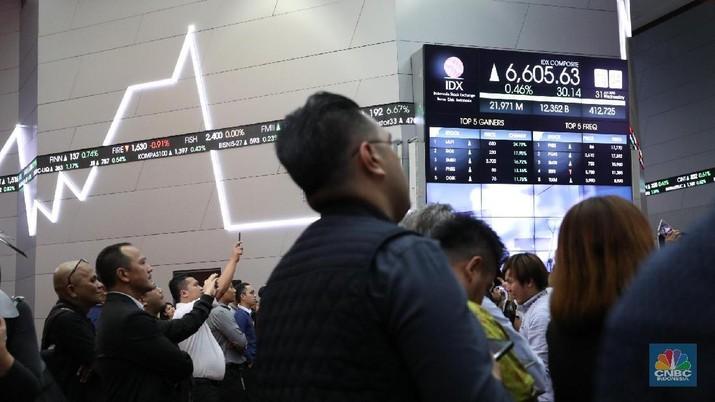 Aksi panggung Godbless pada penutupan bursa di kantor BEI, Jakarta, Rabu (31/1/2018). Perdagangan IHSG ditutup menguat 0,68% di level 6.620,16 dari penutupan sebelumnya. (CNBC Indonesia/ Muhammad Sabki)