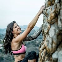 Atlet BASE jumping yang juga gemar panjat tebing, Clair Marie, gemar menantang dirinya sendiri untuk mendapatkan adrenalin. (Foto: instagram/thebasegirl)