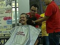 Di tahun 2013, Eddy mencukur habis rambutnya yang kribo demi sebuah acara amal bertajuk Shave for Hope. Memang bukan rambutnya yang disumbangkan, tetapi rambut Edi kemudian dilelang dan hasil lelang tersebut disumbangkan untuk anak-anak pengidap kanker. Pada saat itu, potongan rambut mantan vokalis band Harapan Jaya itu laku dilelang seharga Rp 160 juta. (Foto: Nurvita Indarini/detikHealth)