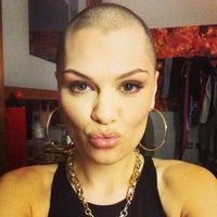 Di tahun 2013, penyanyi ini rela mencukur habis rambutnya dalam sebuah acara amal yang digagas Comic Relief. Tak tanggung-tanggung, proses pemangkasan rambut Jessie dilakukan secara live di televisi. Rambut Jessie kemudian disumbangkan ke Little Princess Trust. (Foto: Instagram/jessiej)