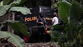 Polisi Geledah Rumah Pembuat Senpi dan Bom Pipa di Tangerang