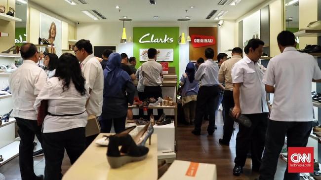 Jelang penutupan seluruh gerainya, Clarks menggelar diskon besar-besaran50 persen hingga 80 persen. Penutupan gerai Clarks tak terlepas dari penurunan penjualannya dari tahun ke tahun. Sejak 2016, penurunan penjualan sepatu Clarks bahkan mencapai 50 persen.