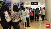 Pengunjung mengantri untuk dapat masuk ke gerai sepatu Clarks yang berada di Grand Indonesia, Kamis (1/2). Jelang menghentikan operasionalnya di Indonesia, gerai sepatu Clarks menawarkan diskon besar-besaran hingga 80 persen.