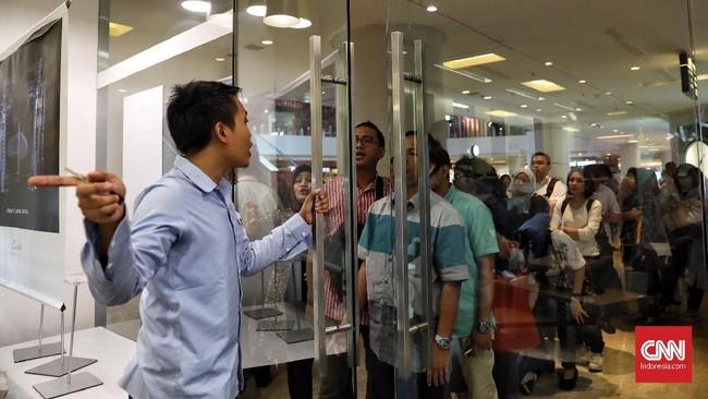 Antrian mengular jelang penutupan seluruh gerai sepatu Clarks di Indonesia. Tampak pengunjung mengantri untuk memasuki gerai sepatu Clark di Grand Indonesia, Kamis (1/2).