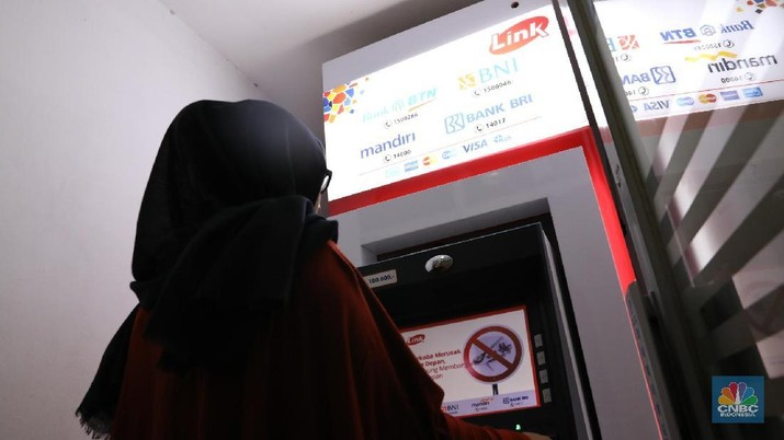 Ilustrasi Penarikan Uang di ATM. CNBC Indonesia/Muhammad Sabki