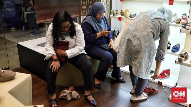 Pengunjung memilih sepatu di gerai Clarks Gerai Indonesia jelang penutupan operasionalnya di Indonesia. Harga sepasang sepatu wanitadibanderolmulai dari Rp350 ribu hingga Rp1,45 juta setelah diskon.Sementara, sepatu laki-laki dibanderol Rp800 ribu - Rp1,75 juta setelah diskon.