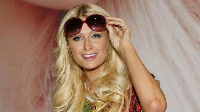Paris Hilton Tetap Semringah Usai Berpisah dari Chris Zylka
