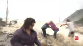 VIDEO: Momen Turis Nyaris Hanyut Terbawa Banjir Siklon Fehi