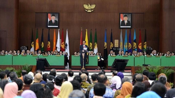 Presiden Joko Widodo (Jokowi) menghadiri kegiatan Dies Natalis UI ke-68 di kampus Universitas Indonesia, Depok,Jumat (2/2/2018). Dalam acara Dies Natalis UI ke-68 itu, Presiden Jokowi sempat berterima kasih pada kampus yang identik dengan almamater kuning ini karena penyumbang terbanyak menteri di kabinet kerja. (foto: Setpres RI)