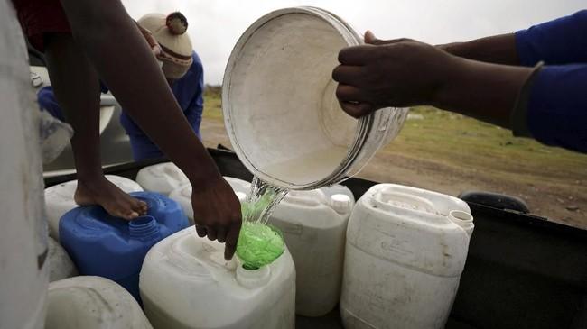 Sebagai solusi, pemerintah akan menempatkan 200 titik penyaluran air di berbagai penjuru kota untuk menjamin kebutuhan 25 liter air per orang per hari. (REUTERS/Mike Hutchings)