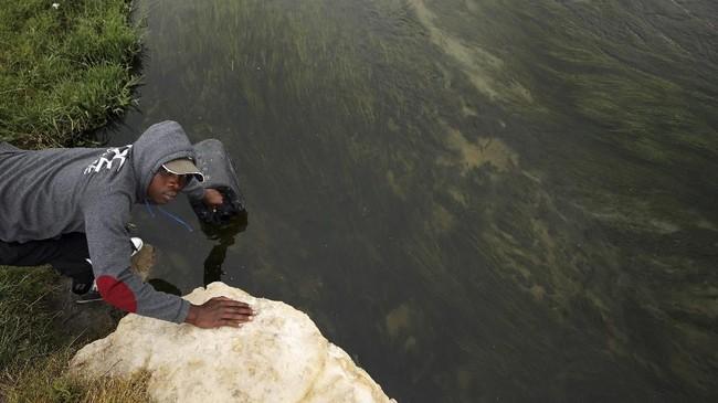 Padahal, Afrika Selatan sendiri memiliki salah satu penampungan air terbesar di dunia yaitu danau Theewaterskloof. Hanya saja, musim kemarau yang telah berlangsung tiga tahun membuat sebagian besar bendungan itu mengering. (REUTERS/Mike Hutchings)