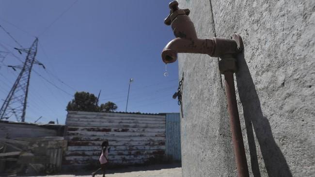 Penduduk kota Cape Town, Afrika Selatan, kini menghadapi kengerian dan kekalutan. Dalam 10 pekan ke depan, pemerintah akan mematikan saluran air yang mengaliri jutaan rumah di sana. (REUTERS/Mike Hutchings)