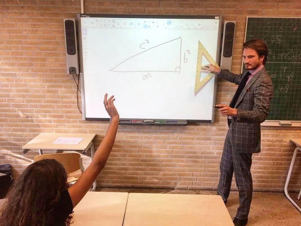 Foto: Pesona Guru Matematika Tampan Ini Bikin Kamu Betah di Kelasnya