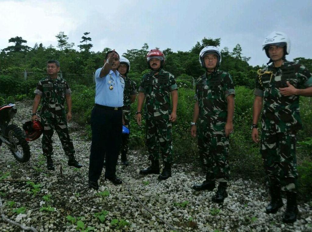 Usai mendarat di Lanud Timika, Panglima TNI Marsekal TNI Hadi Tjahjanto beserta rombongan meninjau lokasi yang akan dibangun sebagai basis kekuatan TNI di timur Indonesia, yaitu Markas Komando Operasi Angkatan Udara (Makoopsau) III, Markas Divisi Infanteri 3/Kostrad dan Markas Komando Pasmar 3 Korps Marinir yang berlokasi di Kabupaten Biak, serta Markas Armada III TNI AL, dilanjutkan mengunjungi Batalyon Marinir Pertahanan Pangkalan (Yonmarhanlan) XIV Sorong, Papua Barat. Dok. Puspen TNI.