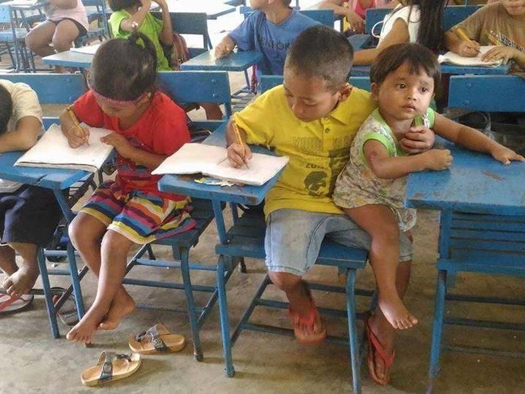 Kisah Haru Bocah Kelas 1 SD Bawa Adiknya yang Berumur Setahun ke Sekolah