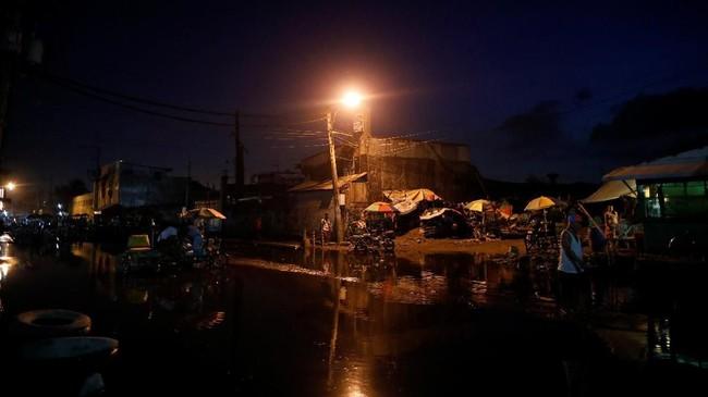 Bangunan-bangunan dari lempengan seng, semen rapuh dan papan kayu menjadi garis depan operasi pemberantasan narkotik ala Presiden Rodrigo Duterte. (REUTERS/Dondi Tawatao)