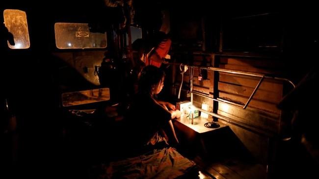 Saat malam hari di Manila, Filipina, hanya sedikit di antara 700 keluarga penghuni perkampungan Market 3 yang berani keluar rumah. (REUTERS/Dondi Tawatao)