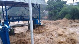 Sungai Ciliwung Hampir Meluap di Kampung Melayu