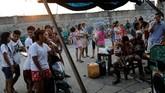 Operasi rutin polisi dan pembunuhan misterius menghantam perkampungan itu dengan telak (REUTERS/Dondi Tawatao)