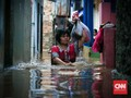 Petugas Evakuasi Korban Banjir Jatinegara di Tengah Kegelapan