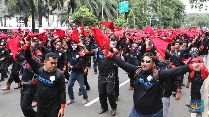 Ratusan buruh melakukan aksi jalan mundur menuju Istana Negara di Jalan. Medan Merdeka, Jakarta Pusat, Selasa (6/2/2018). Mereka melakukan aksi untuk menuntu tiga hal yaitu turunkan harga beras dan listrik, tolak kebijakan upah murah dan pilih calon pemimpin yang amanah dan pro buruh dan anti PP 78/2015.