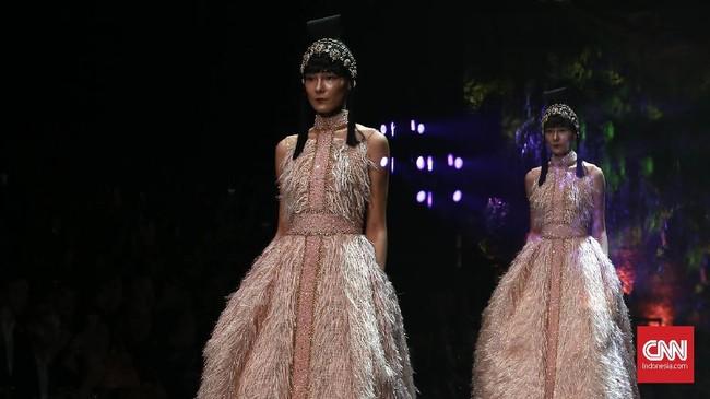 Sebastian Gunawan kembali menghadirkan inspirasi busana jelang perayaan Imlek dengan berbagai desain busana bergaya China yang kaya detail. (CNN Indonesia/Andry Novelino)