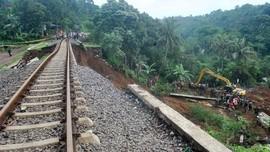Rel Kereta di Bandung Ambles 20 Meter, PT KAI Pastikan Aman