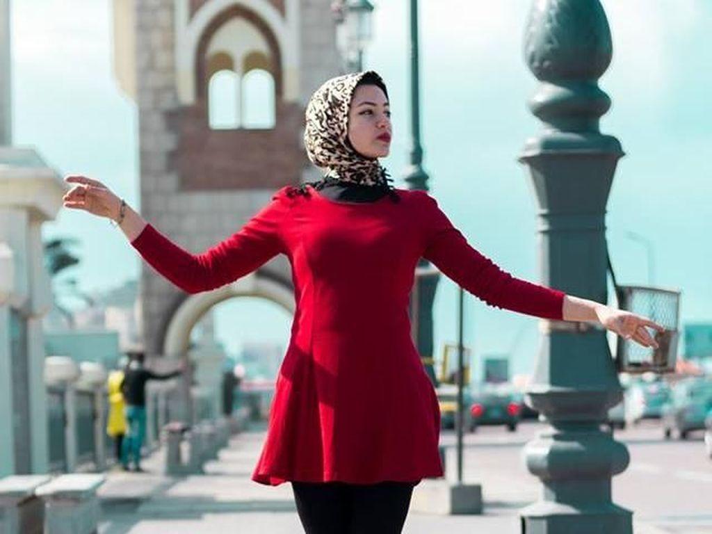 Foto: Ini Balerina Berhijab Asal Mesir yang Menari di Jalanan