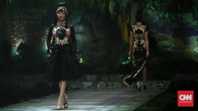 Di sequence ketiga, Seba dan Cristina banyak bermain dengan embroidery dan detail paduan gaya Chinese dan Eropa dalam gaun-gaun khas Seba yang elegan. (CNN Indonesia/Andry Novelino)