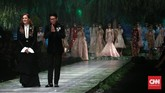 Sedangkan di sesi terakhir, dia menampilkan sebuah gaun pengantin ballgown mewah yang berwarna putih penuh detail. (CNN Indonesia/Andry Novelino)