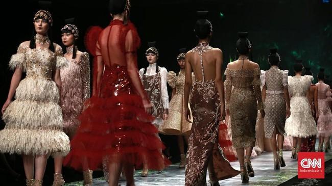 Di sequence kedua, koleksi gaun dengan sentuhan khas Seba yang feminin ini didominasi dengan warna biru lembut ala Cinderella. (CNN Indonesia/Andry Novelino)