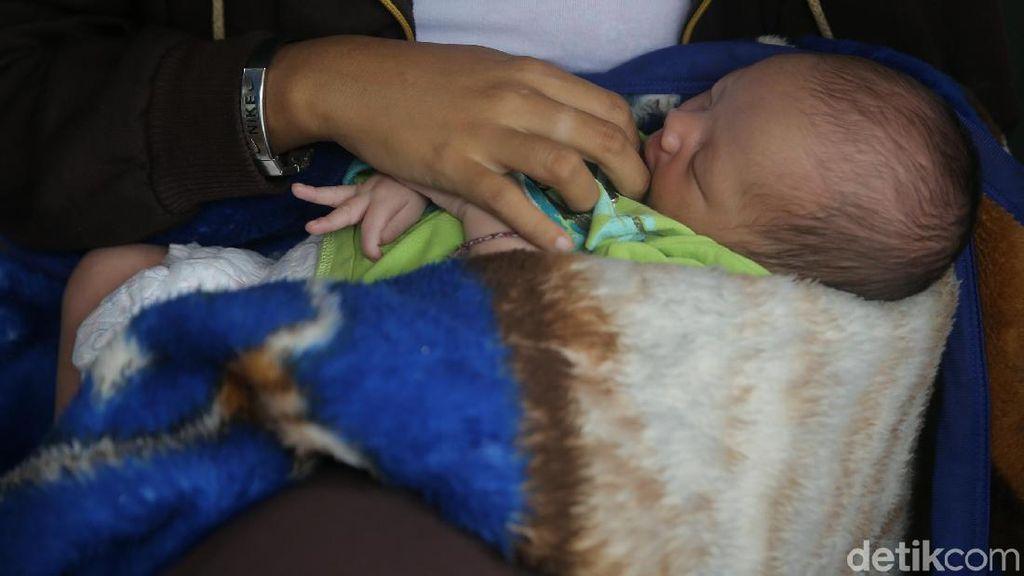 Foto: Umurnya Baru 10 Hari, Bayi Ini Hidup di Kolong Jembatan