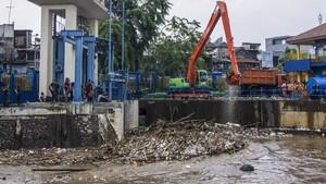 VIDEO: Hujan Sebabkan Tumpukan Sampah di Pintu Air Manggarai