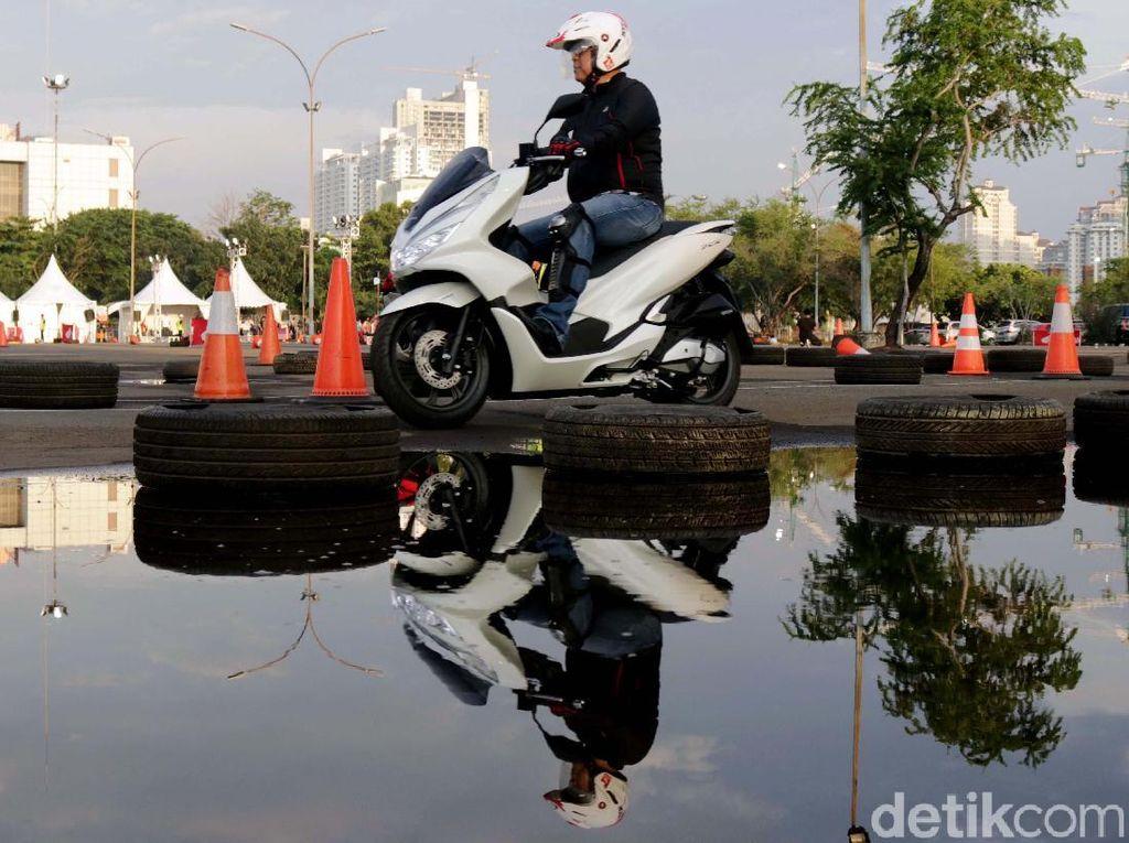 Sejak diperkenalkan di bulan Desember tahun lalu, All New Honda PCX buatan Indonesia yang telah lama ditunggu oleh pecinta skutik premium Honda ini mendapatkan penerimaan yang baik. Hal ini tercatat atas jumlah 12.000 pemesanan inden.