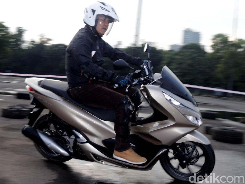 Harga On The Road (OTR) yang dibanderol di DKI Jakarta Rp 27.700.000 untuk tipe CBS dan Rp30.700.000 untuk tipe ABS. All New Honda PCX telah menjadi partner dalam pemenuhan gaya hidup, fashion, dan kebanggaan pengendaranya.