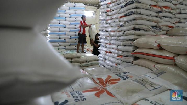 Sejumlah kuli panggul sedang membawa karung beras di Pasar Induk Beras, Cipinang, Jakarta (7/2/2018). Perum Bulog akan mengimpor beras dari tiga negara yaitu Thailand, Vietnam dan India dengan jumlah maksumum 281.000 ton, namun jumlah tersebut berbeda dengan keputusan tang diberikan oleh Kementerian Perdagangan yang hanya mengizinkan impor beras sebanyak 500.000 ton. (CNBC Indonesia/ Andrean Kristianto)