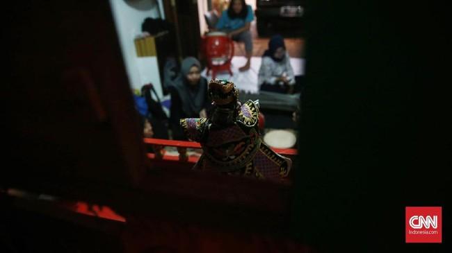 Wayang China-Jawa di era Milenial juga mulai muncul lagi dihadapan umum, khususnya Wayang Potehi dari Sanggar Rumah Cinta Wayang. Rumah Cinwa kerap memperkenalkan sejarah dan budaya China-Jawa melalui pementasan Wayang Potehi sampai ke pulau-pulau di luar Jawa. (CNN Indonesia/Andry Novelino)