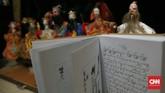 Cerita pewayangan dalam Wayang China-Jawa didapat dari naskah-naskah China-Jawa yang ditulis tangan dalam aksara Jawa atau Latin dan karya sastra modern berupa roman, cerita pendek dan cerita bersambung yang dimuat di majalah berbahasa Jawa seperti Joko Lodhang dan Panjebar Semangat. (CNN Indonesia/Andry Novelino)