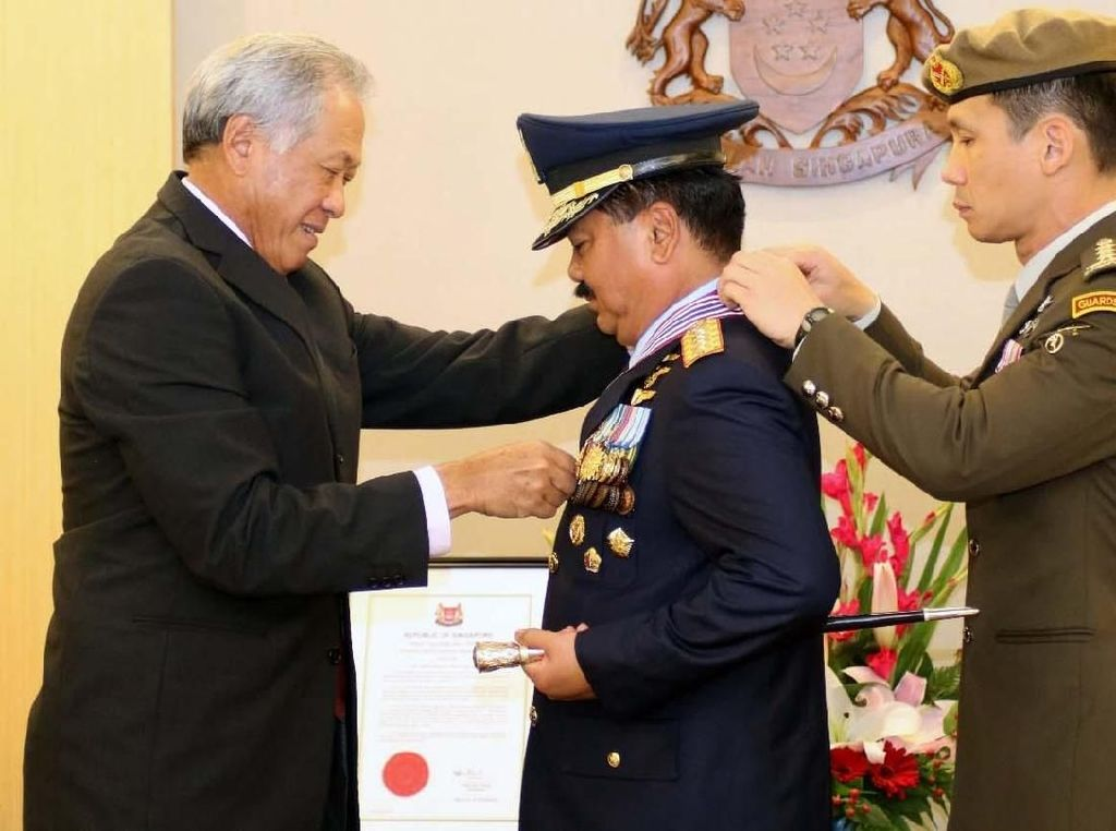 Bintang kehormatan itu dianugerahkan secara langsung oleh Menteri Pertahanan (Menhan) Republik Singapura Y. M. Dr. Ng Eng Hen mewakili Presiden Singapura di Kantor Menteri Pertahanan, Singapura, Kamis (8/2/2018). Pool/Puspen TNI.
