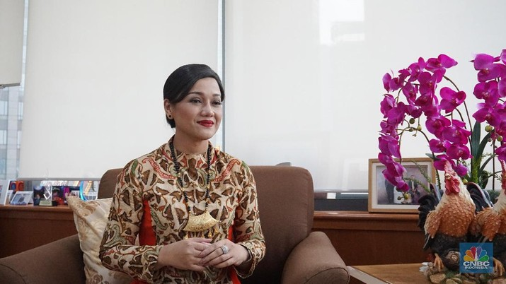 Salah satu figur dengan karakter feminim yang kondang di pasar modal Indonesia adalah Direktur Utama PT Kustodian Sentral Efek (KSEI), Friderica Widyasari Dewi.