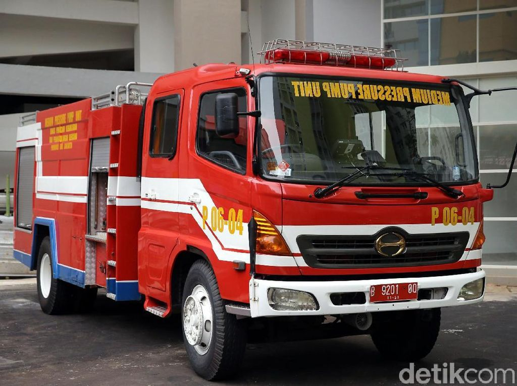 Mobil pemadam kebakaran juga disiagakan di sekitar komplek.