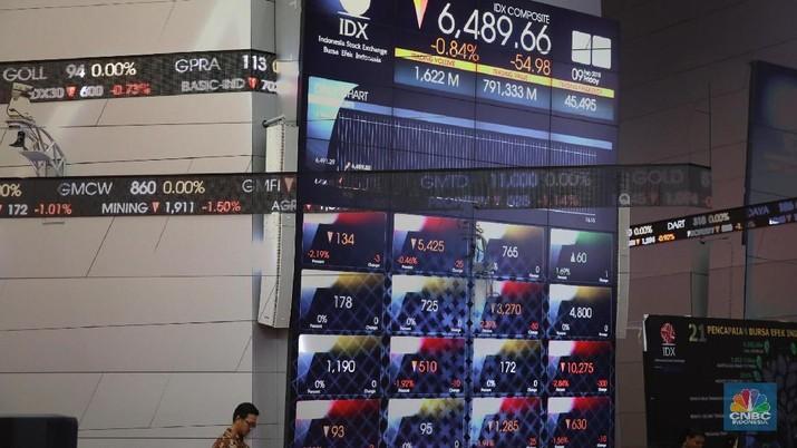 Kondisi papan perdagangan di Bursa Efek Indonesia, Jakarta, Jumat (9/2/2018). IHSG hari ini bergerak negatif karena respon sentimen anjloknya bursa saham Amerika hingga 4,15%. (CNBC Indonesia/ Andrean Kristianto)