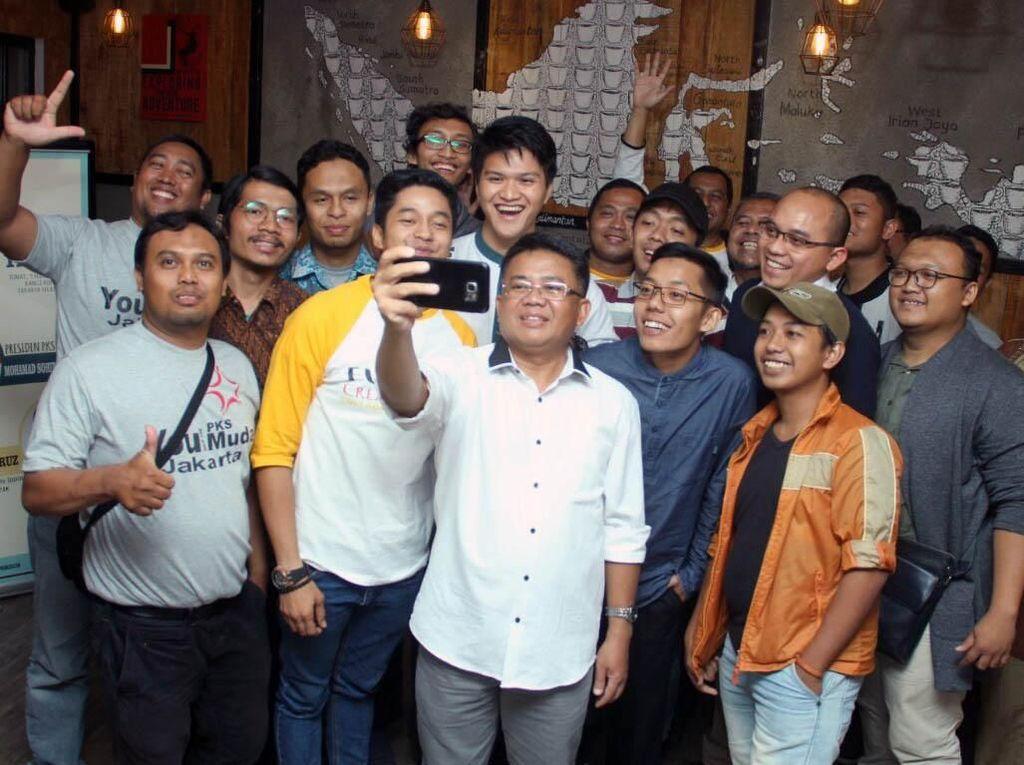 Sohibul Iman dan Adly Fairuz selfie bersama PKS Muda.