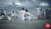 Hal lainnya yang menjadi keunikan acara ini adalah pengunjung diwajibkan menggunakan pakaian serba putih. Peraturan ini diberlakukan untuk menandakan kesatuan dan kekeluargaan. CNN Indonesia/Bisma Septalisma