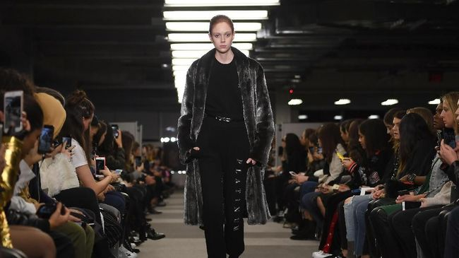 'Ngemil' Sambil Berlenggok di Panggung New York Fashion Week