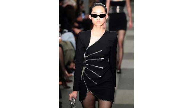 Koleksi Wang diramaikan dengan tampilan suit tailored, trench coat dari kulit, blazer dekonstruktif.(JP Yim/Getty Images/AFP)