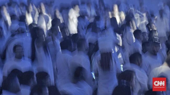 Berbagai dekorasi mulai dari percikan api yang memancar dari langit-langit hingga liukan tubuh penari latar, serta instalasi jellyfish dance raksasa berhasil menambah kehebohan perhelatan akbar tersebut.CNN Indonesia/Bisma Septalisma