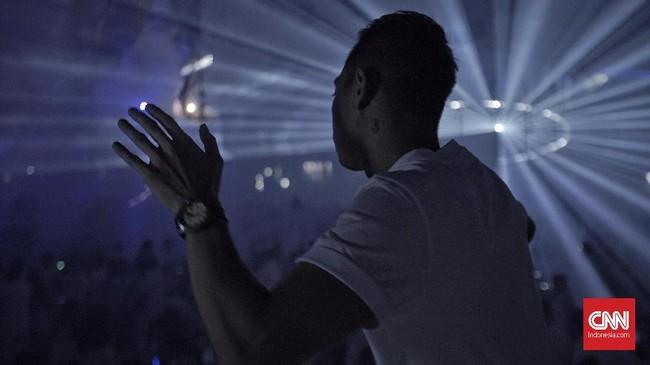 Salah satu penonton sedang berjoget menikmati dentuman musik EDM pada festival musik'Sensation Jakarta 2018' yang digelar di ICE BSD City, Pademangan, Tangerang, Sabtu, 10 Februari 2018. CNN Indonesia/Bisma Septalisma