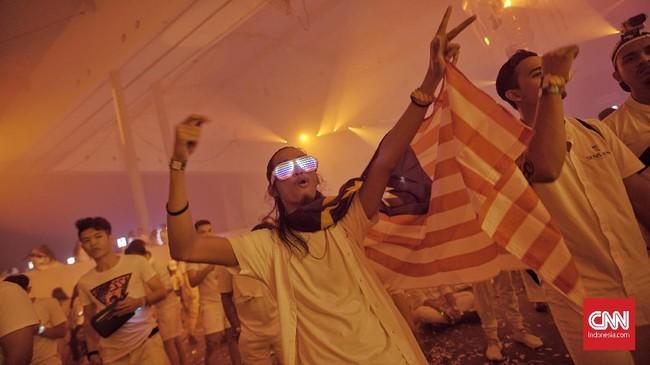 Pesta dansa musik elektronik yang telah melanglang buana di berbagai negara di dunia itu berhasil menyulap ruangan ICE menjadi sebuah ruangan dansa dengan beragam dekorasi yang apik, menyelaraskan dentuman musik EDM dari paraDisc Jokey(DJ)yang tengah unjuk gigi. CNN Indonesia/Bisma Septalisma